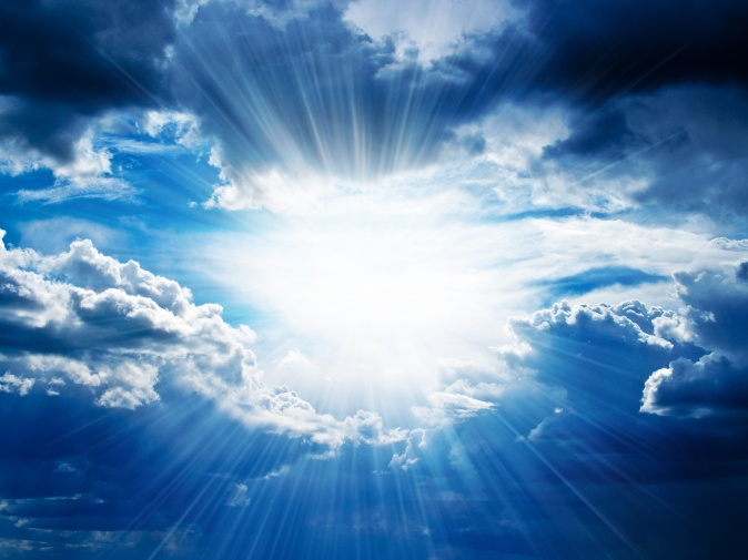 Rayos de sol se rompe a través de las nubes